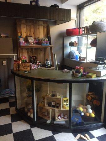 Wyspa Galiano, Kanada: Scoops now has a gift shop at new location!