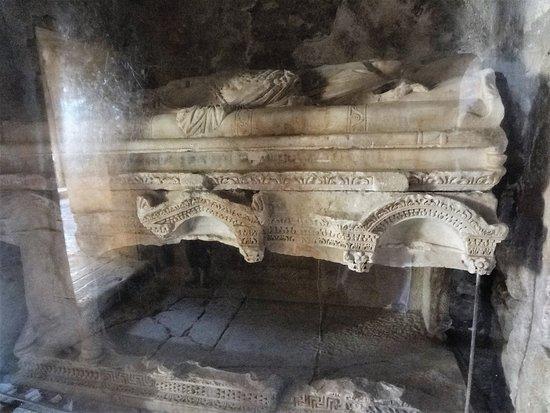 Church of St. Nicholas: разбитая гробница