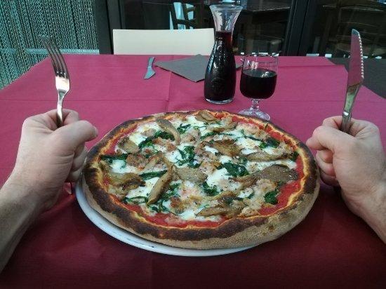 Biancavilla, Ιταλία: Pizza ai funghi di Ferla e salsiccia, pizza Vulcano..