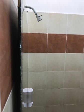 Parit Buntar, มาเลเซีย: 廁所鏡子後有蜘蛛網