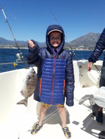 Puerto Jose Banus, Spagna: Niños pescando en el Red Tide barco en Marbella.   Childrens fishing, especial fishing tour