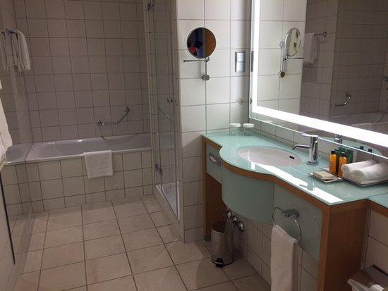 ein wunderschönes Badezimmer mit Badewanne und Dusche-super - Bild ...