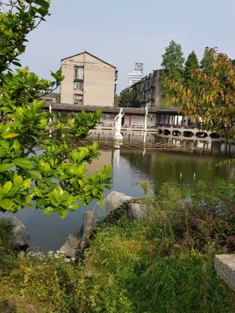 Jingzhou, Kina: A female statue by the back of the pond. No idea who?