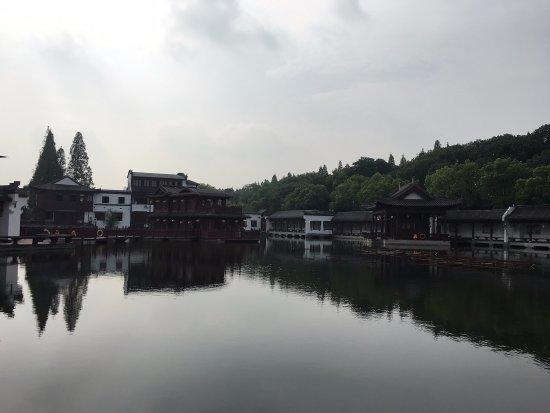 Jingzhou, Kina: Huge pond.