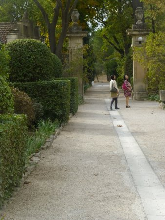 Saint-Remy-de-Provence, Fransa: jardin pour accéder à l'entrée du cloître