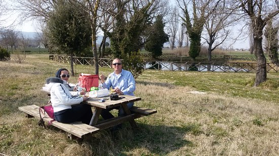Bevagna, Italy: Our picnic with the lake behind us