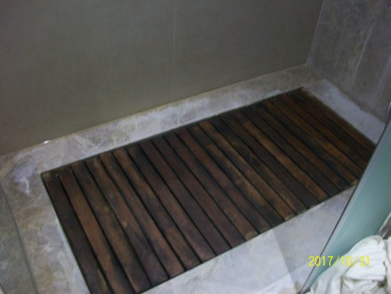 The Unhygienic Shower Wooden Slats Yuk Picture Of Sunconnect