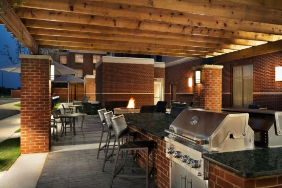 Southaven, Μισισιπής: Pool Patio Area with BBQ Grills
