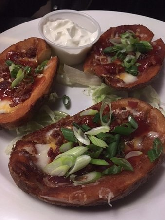 Oshawa, Canada: Where's the cheese and bacon? Soggy, deep fried potato skins with unexpected BBQ sauce.