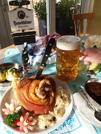 """Wehrheim, Alemania: """"o`zapft is """" im Bizzenbachtal, dazu eine knusprige Hax`n vom Grill"""