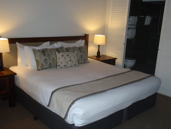 Grand Mercure Puka Park Resort: Sleeping area, bathroom beyond.