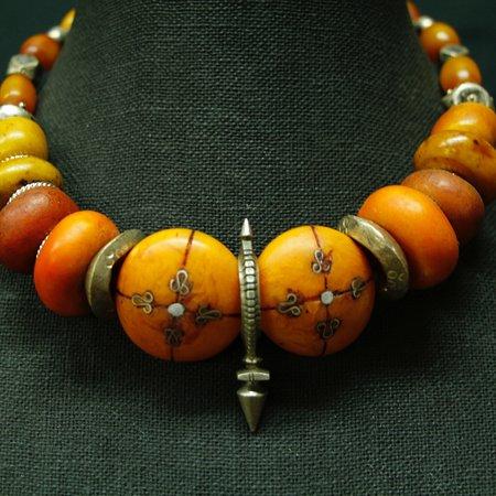 Ojai, Californië: Antique Mauritanian amber, Tuareg cross of Zinder and Ethiopian silver necklace