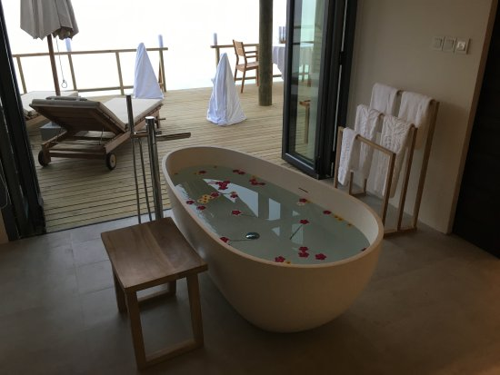 Lhaviyani Atoll: Water Villa Bath