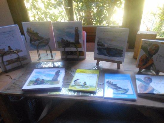 Hostal Aukara Rapa Nui : en la galería, sector libros