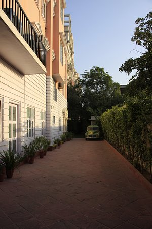 Hotel Anuraag Villa: Entry and parking area