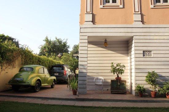Hotel Anuraag Villa: View from backyard garden