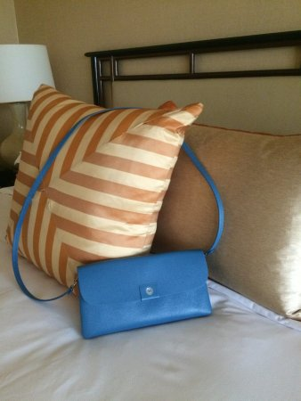 Regent Singapore, A Four Seasons Hotel: Detail of upscale linens and bedding