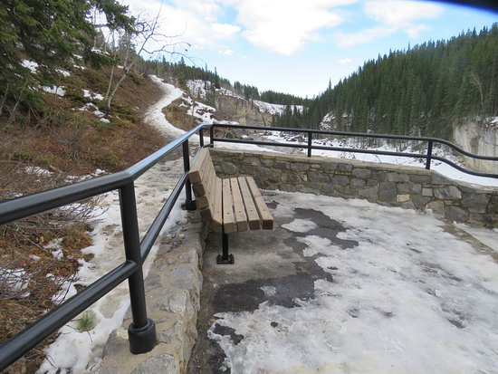Bragg Creek, Canadá: Stay behind the railing, or be ready for hazards and risks