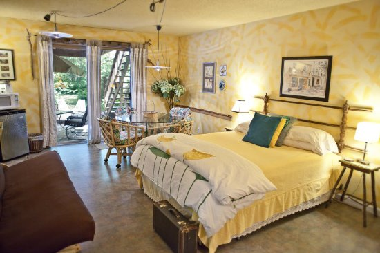 Manitou Lodge Bed and Breakfast: Cedar Suite main bedroom