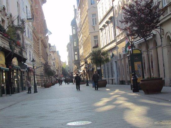 Estilo Fashion Hotel : Hotel located on this pedestrian street