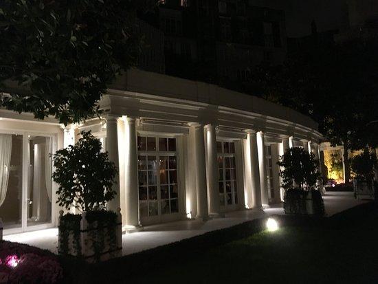 Ext rieur du restaurant sur tr s belle cour int rieure for Restaurant exterieur