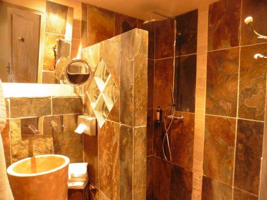 Tour-de-Faure, Francia: Salle de bains, en matériaux choisis