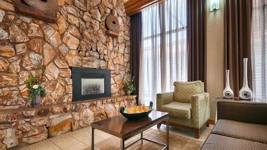 Best Western Town & Country Inn: Sit and chat with family or friends in our lobby lounge area.