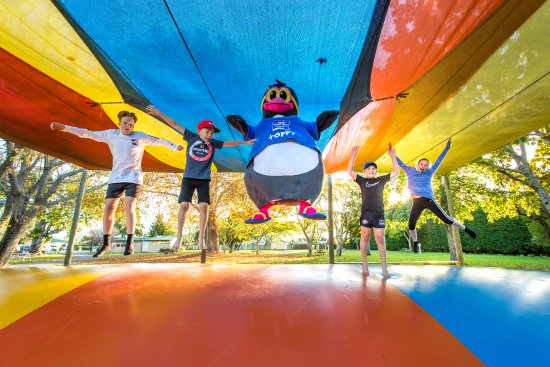 Motueka TOP 10 Holiday Park: Jumping Pillow Action
