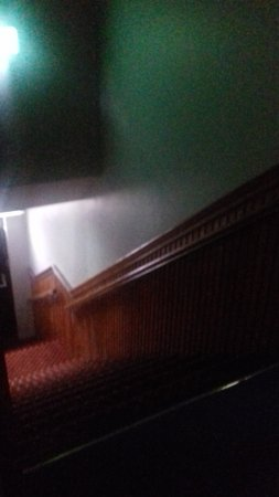 Treacys Hotel Waterford: Steep staircase with no doors at the top to enclose it....