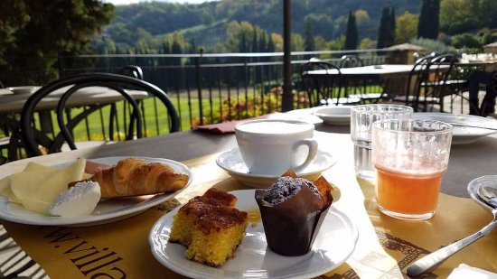 Vicchio, İtalya: Delicious breakfast with a gorgeous view!