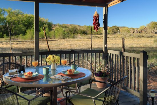 Chimayo, Nuovo Messico: Our Casita offers a private ground level deck with pasture and foothill views.
