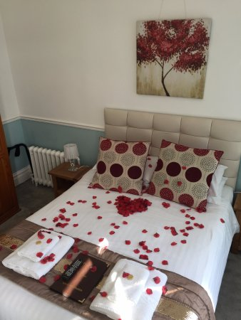 The Cimon : Rose petals for a romantic break.