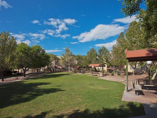 Fort Huachuca, AZ: Courtyard and BBQ