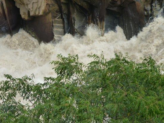 Tiger Leaping Gorge (Hutiao Xia): L'acqua tumultuosa nella gola