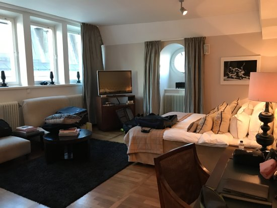Lydmar Hotel: Beautiful 5th floor hotel room with charming portal view of the canal.
