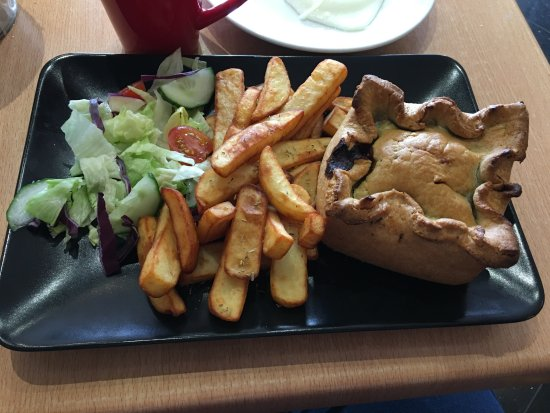 Greater London, UK: Steak Pie with sides