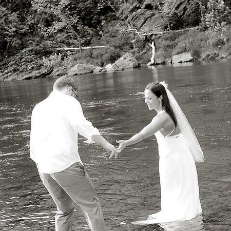 Cabins, Virginia Occidental: Wedding Ceremony on the banks of the river