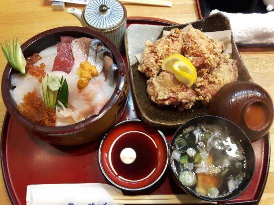 Monbetsu, ญี่ปุ่น: 季節の美味しい魔物をいただける上生ちらしと、しっかりと肉に味が染みたボリューム満点熱々のザンギ