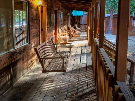 Quincy, Καλιφόρνια: Comfortable and rustic cabins overlook the grounds and fishing pond at Greenhorn Ranch