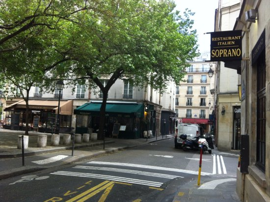 Pratic Hotel: Plaza close to Hotel Pratic where there are restaurants in the vicinity