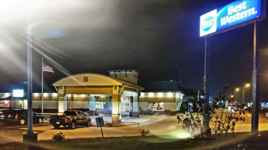 Marshalltown, IA: A view of our Hotel at night time