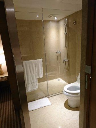 تايبيه فوليرتون هوتل - ساوث: 寬敞, 雖然玻璃門稍微有滲水, 但可以接受