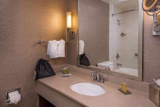 Whittier, Kalifornien: GUESTROOM BATHROOM