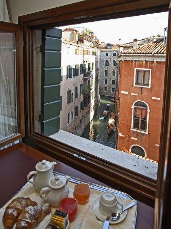 Hotel Bella Venezia: Breakfast with a View