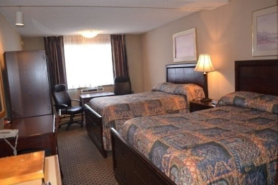 Nampa, ID: Queen Beds Living Area