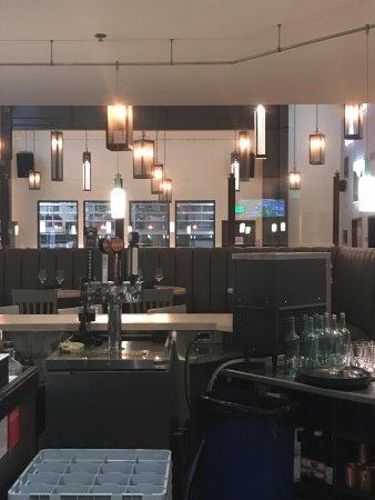 บูเอลล์ตัน, แคลิฟอร์เนีย: Inside picture of the restaurant and bar