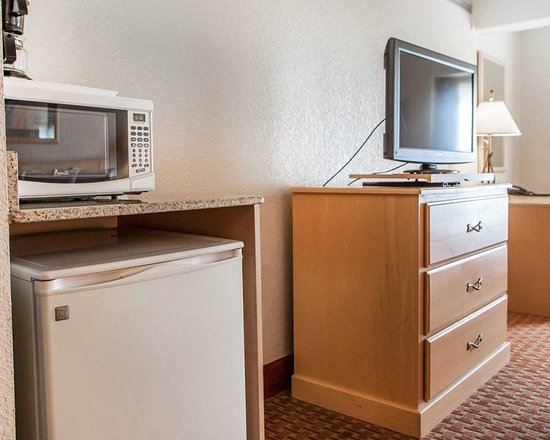 Lake Ozark, MO: Guest room with refrigerator