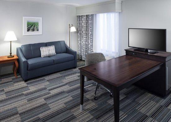 Tulare, CA: Suite Seating Area