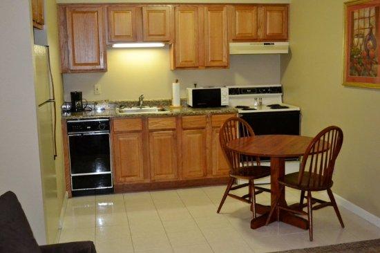 Urbana, IL: Courtyard King Suite Kitchen
