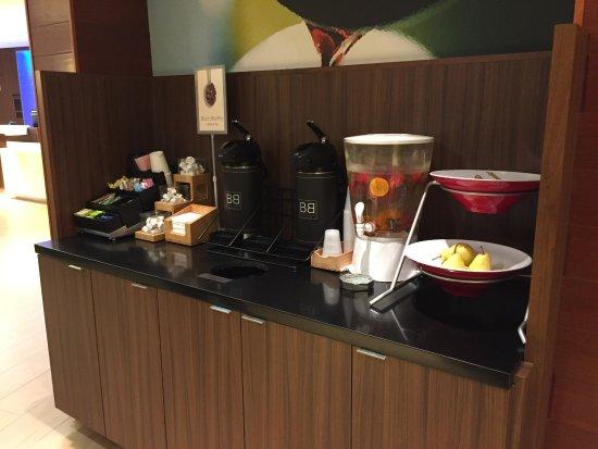 Dupont, WA: Coffee/Tea/Hot Chocolate/Fruit flavour water/Fruits (banana, pears)